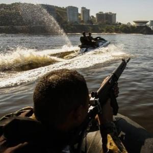 PM usa moto aquática para prender traficante que fugia a nado no RJ