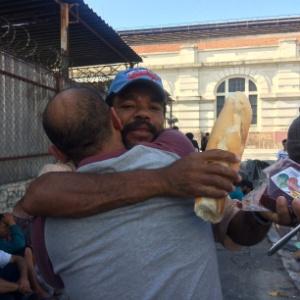 Há um ano, gari leva pão e água potável a usuários da cracolândia