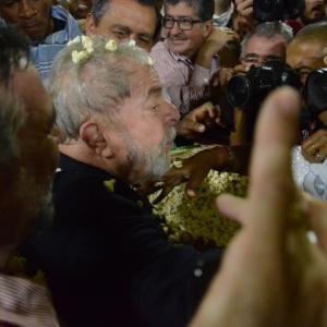 Caravana de Lula no NE começa com chuva de pipoca e briga na Justiça