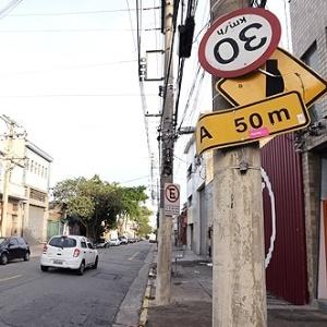 Em São Paulo, placas de trânsito precárias põem motoristas em risco
