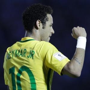 Neymar marca o 3º gol do Brasil  contra o Uruguai em Montevidéu