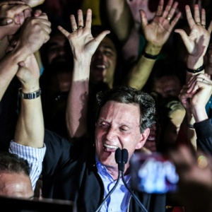 Carnaval carioca ajudou a eleger o prefeito Crivella. E está arrependido