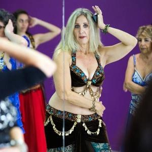 Delegada dá aula gratuita de dança do ventre e muda a vida de alunas