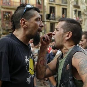 Grupos de extrema-direita e antifascista protestam em Barcelona